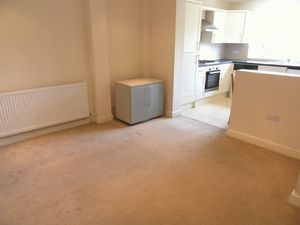 Apartment / Flat To Let in Woodcote Grove Road, Coulsdon