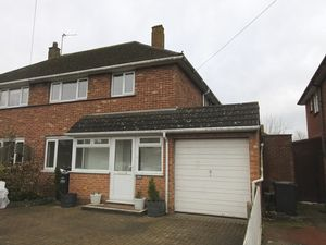 House To Let in King Henrys Drive, New Addington, Croydon