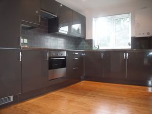 Apartment / Flat To Let in Waddon Road, Croydon