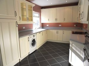 Property To Let in Woodview Close, Ashtead