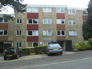 Apartment / Flat To Let in Haling Park Road, South Croydon