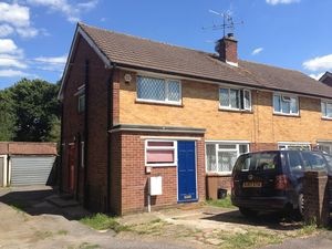 House To Let in The Crescent, Horley