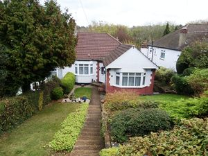 Bungalow To Let in Hartley Hill, Purley