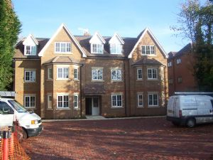 Apartment / Flat To Let in Bonehurst Road, HORLEY