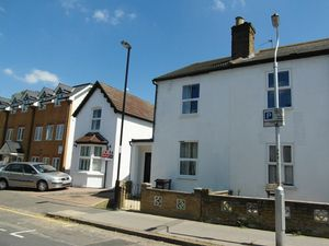 House To Let in St. Peters Street, South Croydon