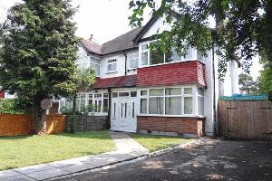 House To Let in Woodcote Grove Road, Coulsdon