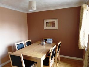 House To Let in Beaconsfield Place, Epsom