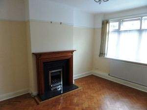 House To Let in Glenn Avenue, Purley