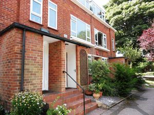 Apartment / Flat To Let in Park Road, Banstead