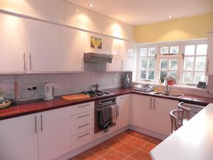 Property To Let in Beacon Way, Banstead