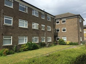 Apartment / Flat To Let in Waldronhyrst, SOUTH CROYDON