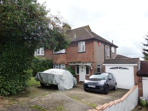 House To Let in Bradmore Way, Coulsdon
