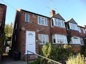 Apartment / Flat To Let in South Drive, Coulsdon