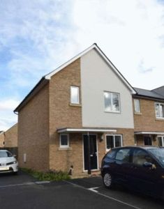 House To Let in Pine Close, Epsom